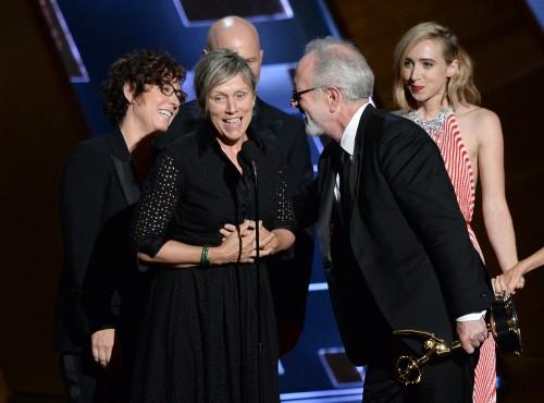 (S-D) Regizorul mini-seriei 'Olive Kitteridge'  Lisa Cholodenko, actrița Frances McDormand și producătorul Gary Goetzman la primirea premiului EMMY pentru cea mai bună serie limitată de televiziune. (Guliver/Getty Images)