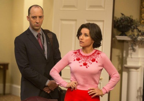 Tony Hale în rolul lui Gary Walsh și Julia Louis-Dreyfus - Selina Meyer, în Veep (HBO)